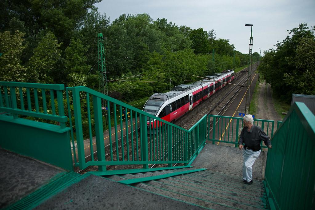 A Budapest irányába induló vonathoz siet egy utas az abdai megállóhelyen | Fotó: Magócsi Márton