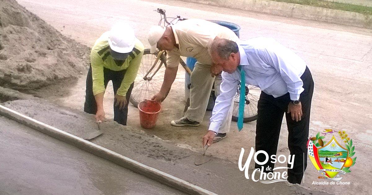 Alcalde de Chone constató arreglos en plaza cívica Elio Santos Macay