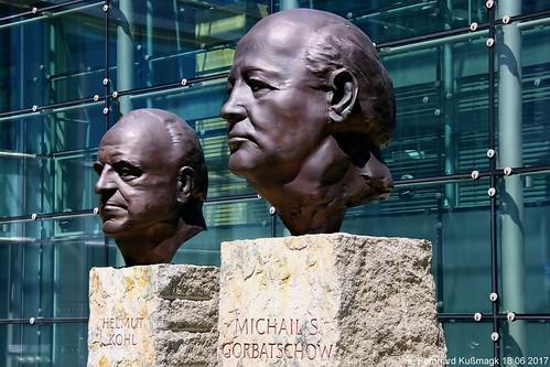 Europa, Deutschland, Berlin, Kreuzberg, Rudi-Dutschke-Straße, am Axel-Springer-Hochhaus, Helmut Kohl und Michail Gorbatschow
