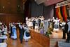 Zwischen den Ansprachen der Ehrengäste tanzen die Trachtenpaare auf 2 Ebenen