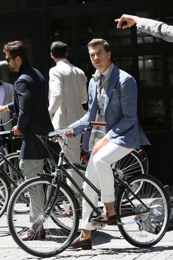 ライトブルーリネンジャケット×シャツタイドアップ×グレーカットソー×白パンツ×ブラウンタッセルローファー