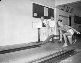 Bowling at No. 2 Convalescent Hospital, Young Division, Hamilton, Ontario / Partie de quilles, hôpital pour convalescents no 2, Division Young, Hamilton (Ontario)