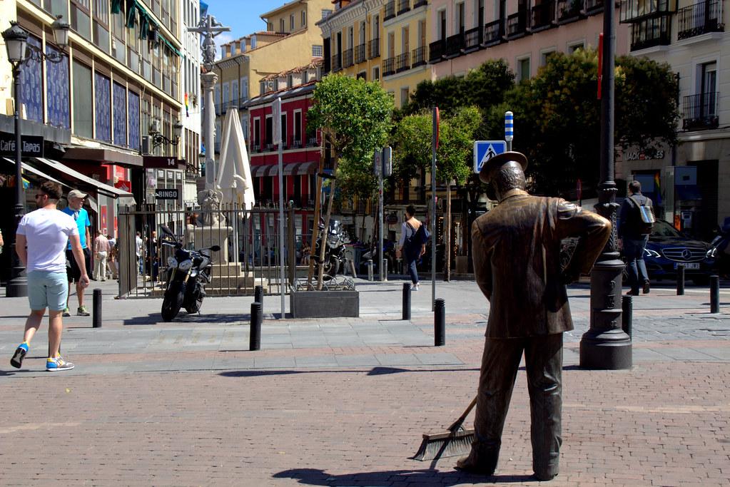 al barrendero en la plaza Jacinto Benavente