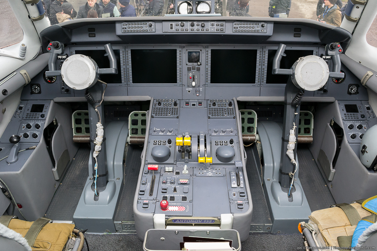Кабина пилотов Ан-132D