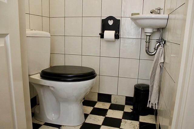 Toilet zwart-witte tegels