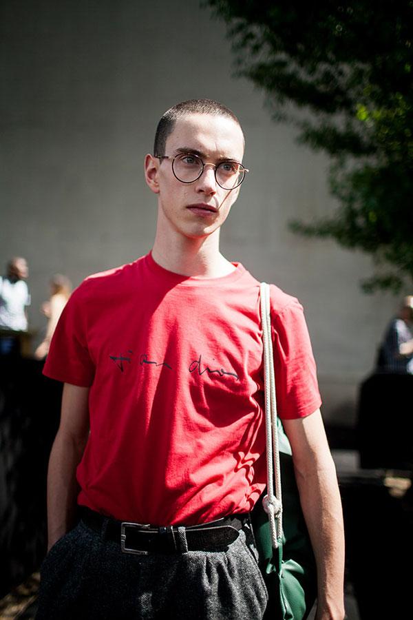 赤Tシャツ×黒パンツ