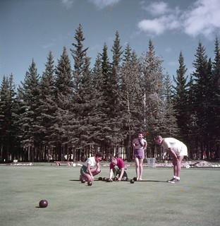Two men and two women on the bowling green at Waskesiu, Prince Albert National Park, Saskatchewan / Deux hommes et deux femmes sur le terrain de boulingrin de Waskesiu, parc national Prince Albert (Saskatchewan)