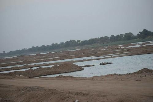 नर्मदा नदी में रेत खनन