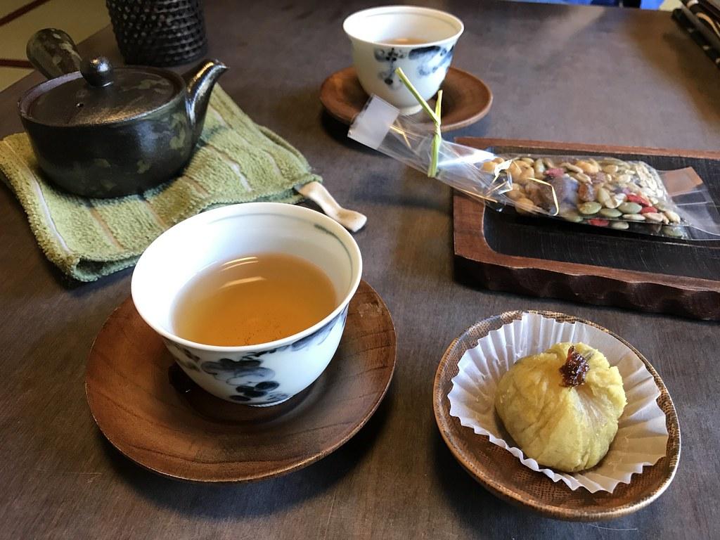 部屋のお茶と菓子