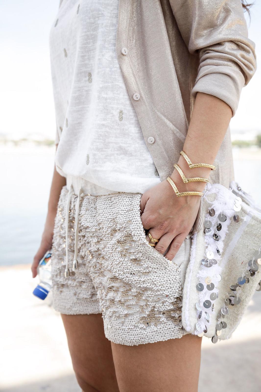 08_Shorts_lentejuelas_dorados_outfit_lelyjane_gold_shorts_theguetsgirl_laura_santolaria_influencer_barcelona_style
