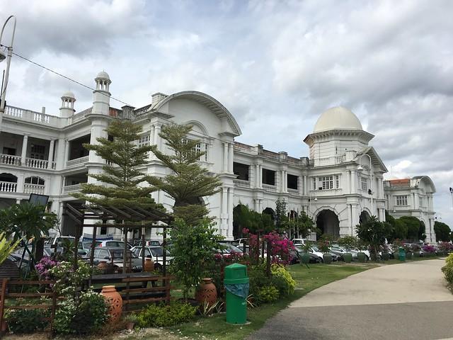 たしかに駅というより歴史的建造物を改築した博物館みたいな雰囲気