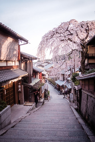 kyoto sannenzaka feudal japan sakura cherry blossom blossoms traditional tradition spring springtime nippon fuji fujifilm xt1 higashiyama hdr sunrise dawn path travel