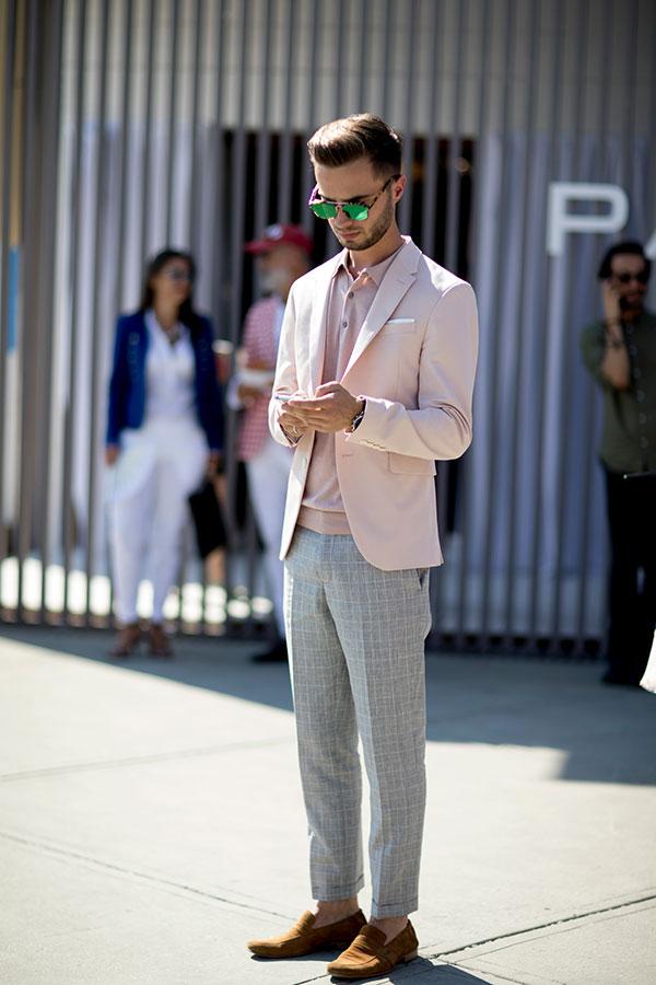 ライトピンクテーラードジャケット×ライトピンクポロシャツ×ライトグレーチェックスラックス×キャメルスエードローファー