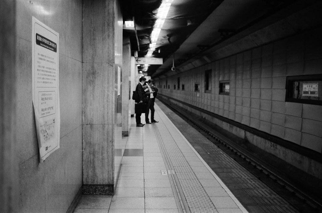 大手町 Tokyo, Japan / Kodak TRI-X / Nikon FM2 大手町是一個大的轉運點,記得那時候旅行時常常到這裡轉車。  可能是為了要迎接 2020 的東京奧運吧,這一站變成工地,整個車站都在施工。  本來以為是短期施工,看了一下牆壁上的公告,要整整施工一年!  想一想,今年到現在都還沒進東京,離開東京太久了。  我開始想念了 ......  Nikon FM2 Nikon AI AF Nikkor 35mm F/2D Kodak TRI-X 400 / 400TX 1275-0010 2015-10-05 Photo by Toomore