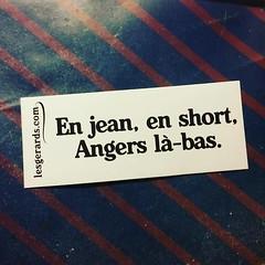 En jean, en short, ANgers là-bas.