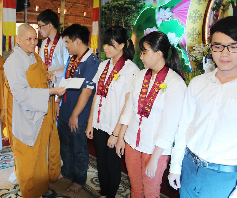22a.Ni Sư An Liên - Trưởng ban từ thiện tỉnh Bình Dương phát học bổng cho sinh viên