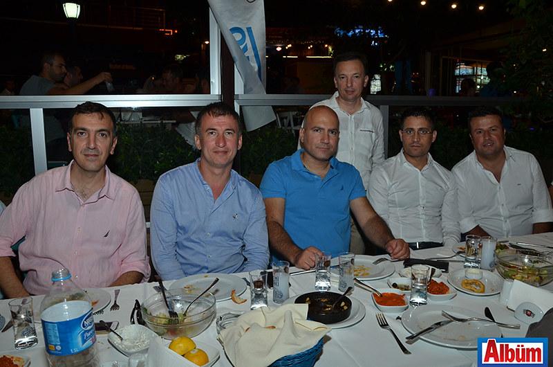 Raşit Sadullahoğlu, Tevfik Hakan Harman, Oğuzkan Şatıroğlu. Rauf Sadullahoğlu ve SABAŞ ailesi Albüm'e poz verdi.