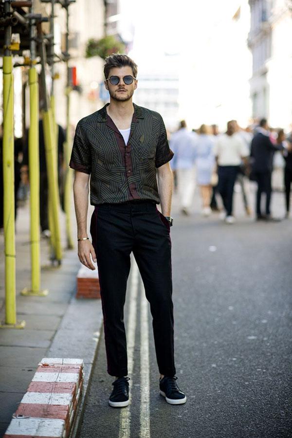 黒柄半袖開衿シャツ×白タンクトップ×黒スラックス×黒レザースニーカー