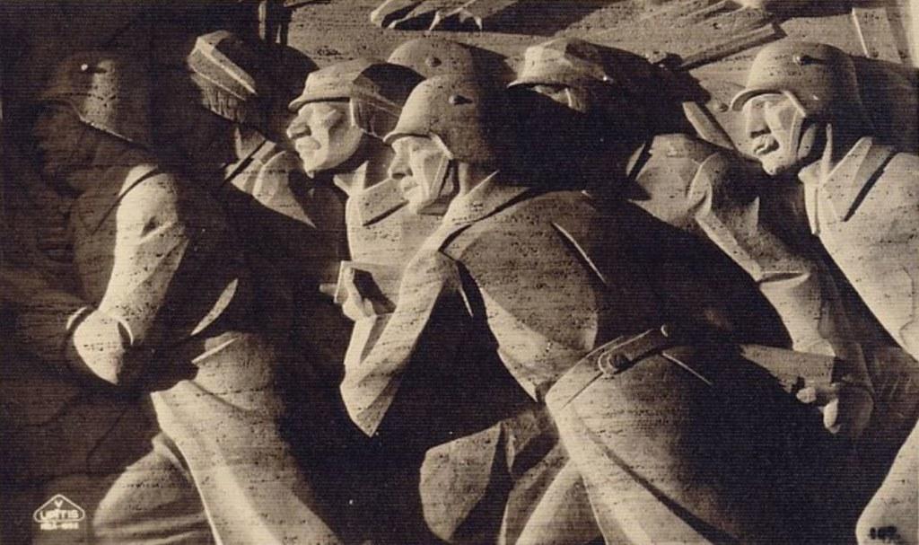 Auprès de la statue de la liberté, des statues guerrières pour l'indépendance de la Lettonie.