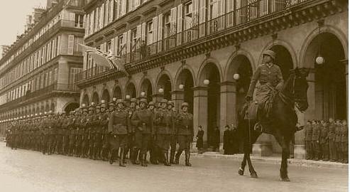 17g13 Al frente de su compañía EJ capitan de la Wehrmach rue de Rivoli 1941 Uti 485