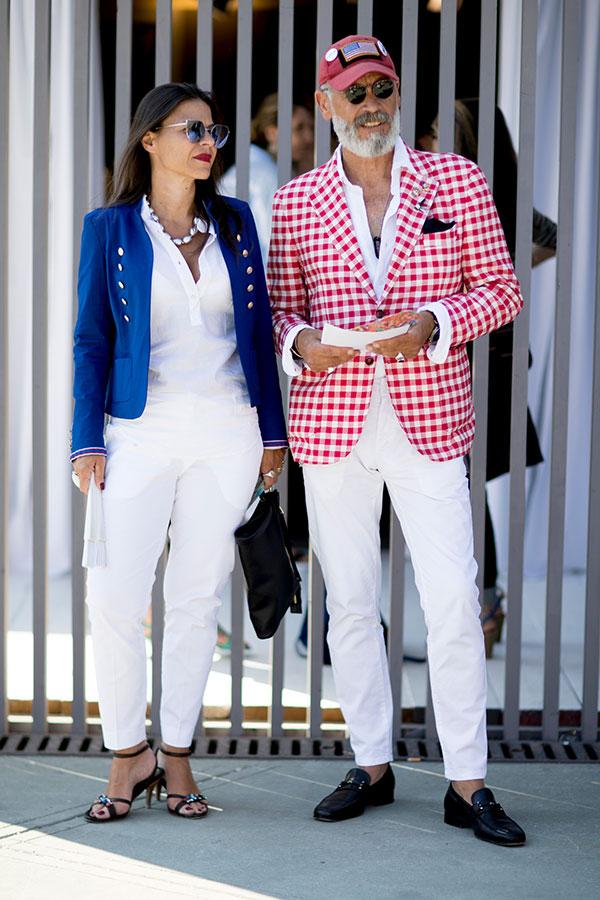 エンジキャップ×赤白チェックジャケット×白シャツ×白パンツ×黒ローファー