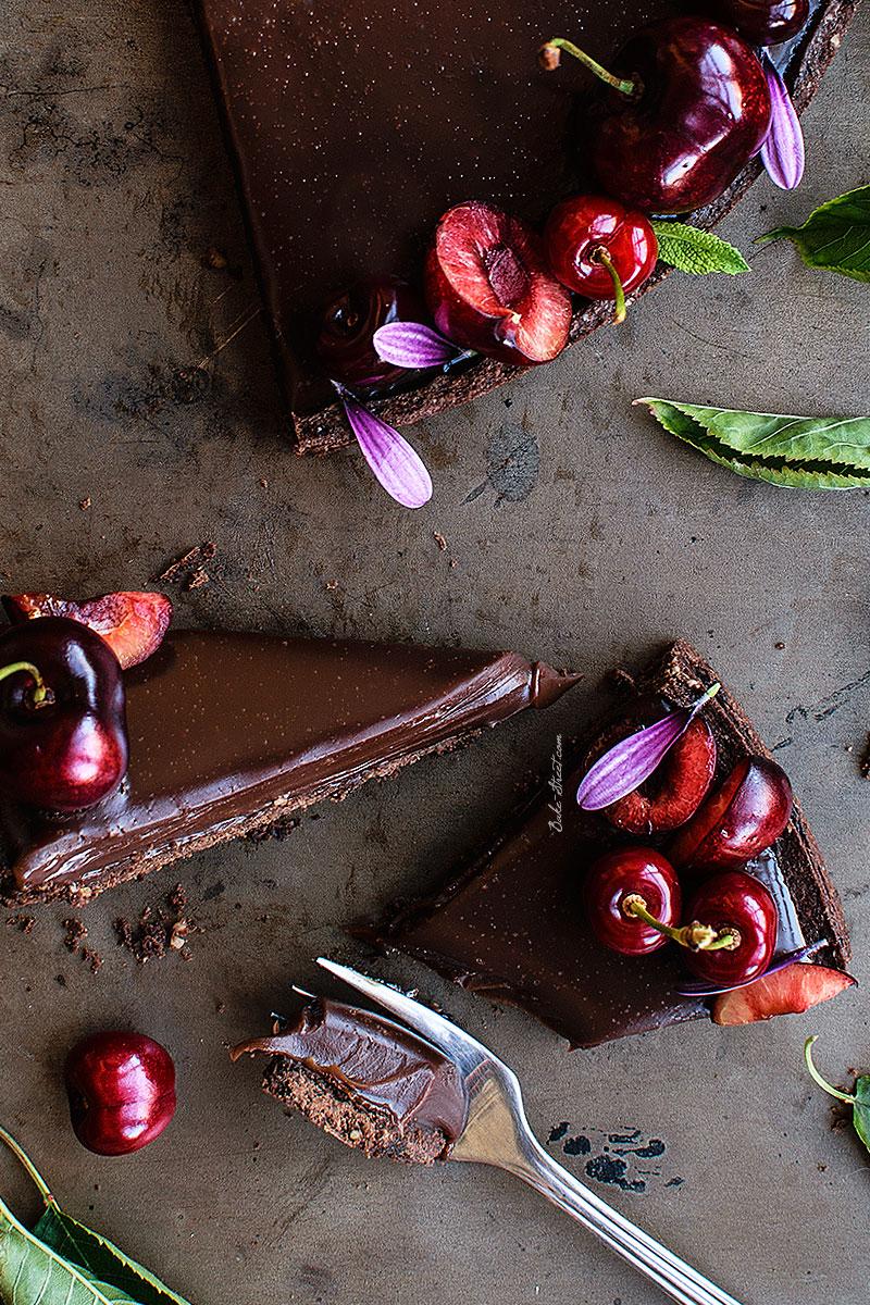 Tarta de chocolate con leche y cerezas