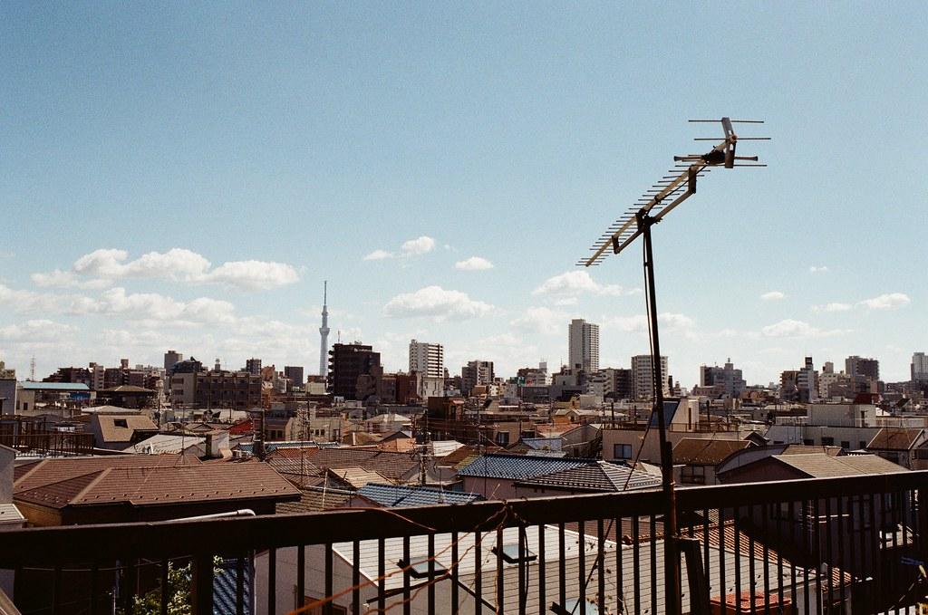 東京都荒川區東尾久 Arakawa-ku, Tokyo / Kodak ColorPlus / Nikon FM2 住的地方的頂樓可以看到晴空塔,但是後來的旅行一直沒有機會在那附近拍攝。  想想應該要好好規劃一次那裡周邊的旅行,或是到錦糸町附近也不錯的樣子。  Nikon FM2 Nikon AI AF Nikkor 35mm F/2D Kodak ColorPlus ISO200 1003-0010 2015-10-07 Photo by Toomore