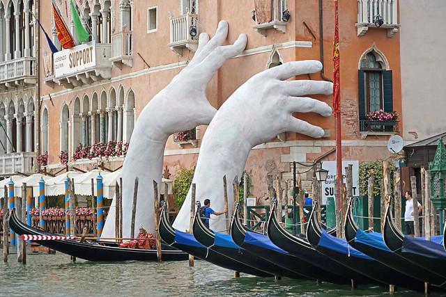 """""""Soutien"""" de Lorenzo Quinn (Grand Canal, Venise)"""