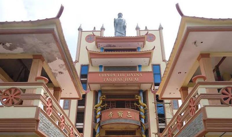 Rupaka Buddha Amitabha di atas gedung Vihara Tri Ratna sebelum diturunkan dan dipindahkan.
