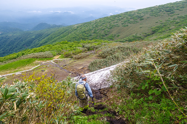 前岳を巻いて雪渓へ