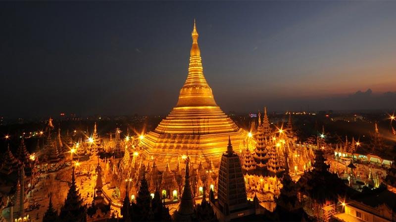 Stupa Shwedagon di Yangon, Myanmar (Birma).