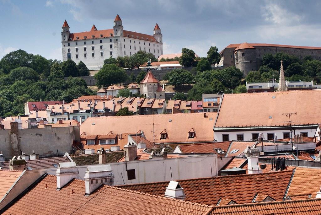 Monument de Bratislava avec son chateau sur la colline.