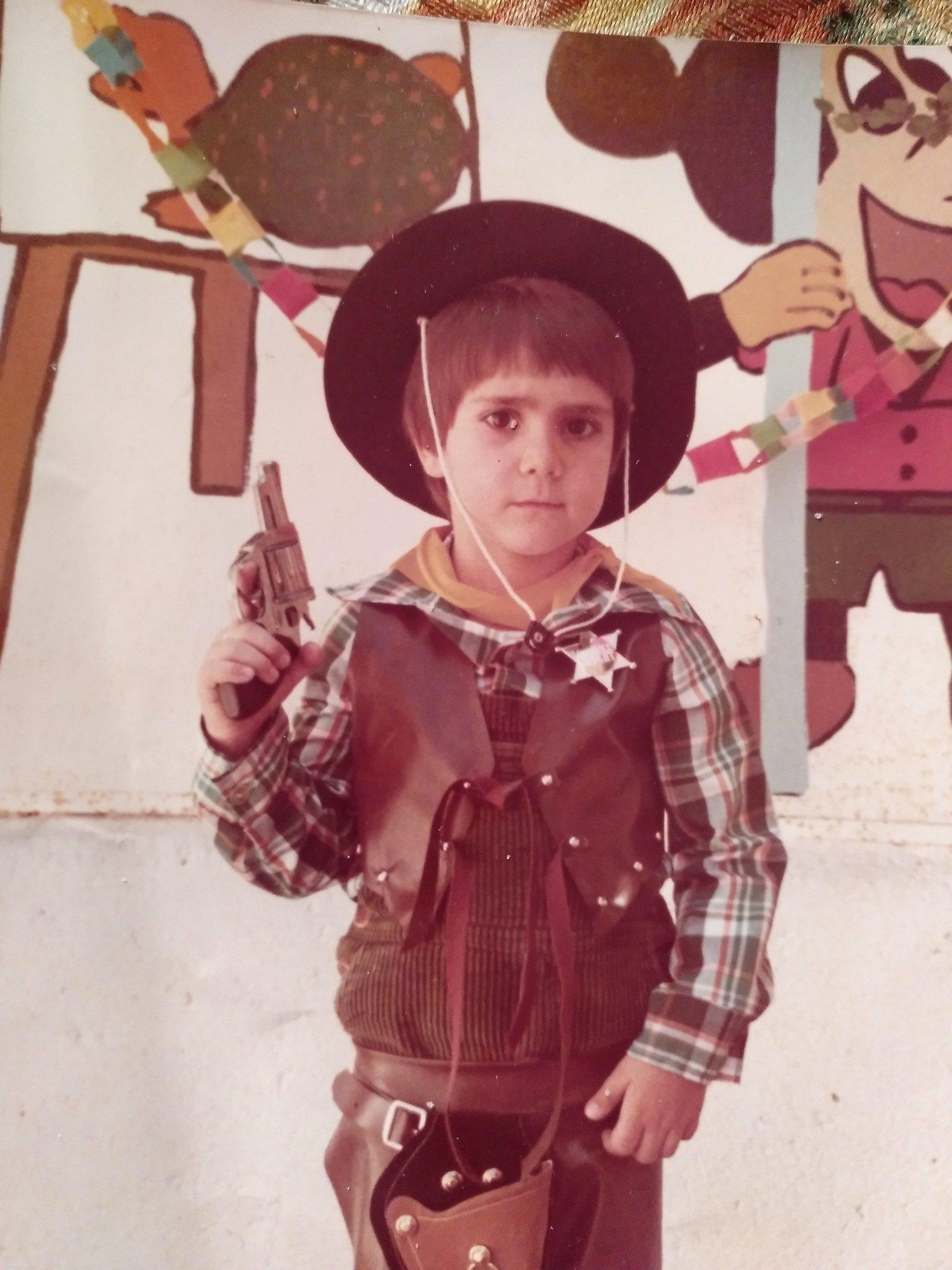 niño con pistola (yo)