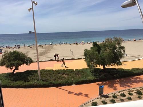 Fabulosas vistas al mar, vivienda situada en primera línea de playa de poniente.  Solicite más información a su inmobiliaria de confianza en Benidorm  www.inmobiliariabenidorm.com