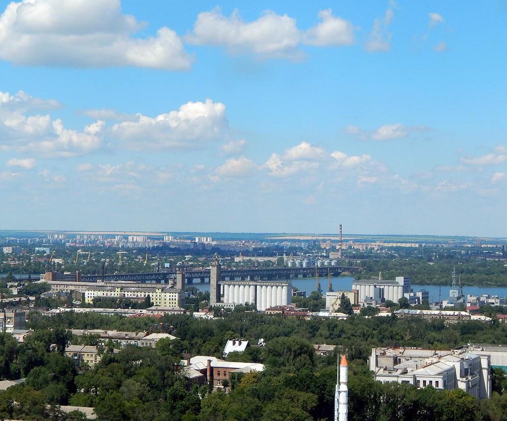 Элеватор, мост и летнее небо