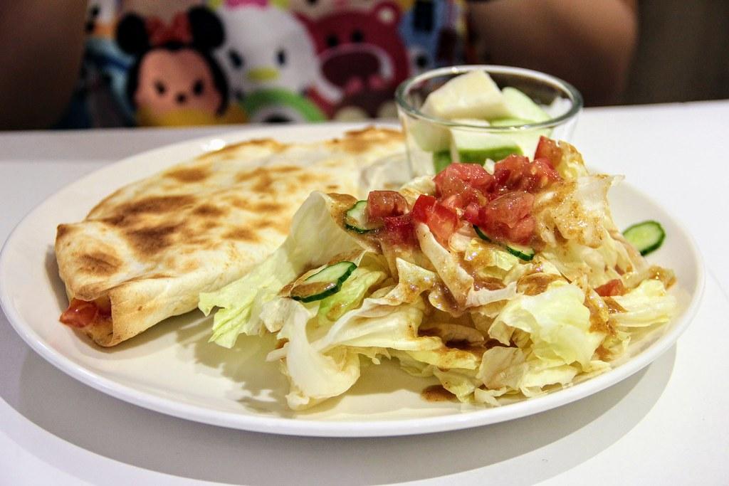 墨西哥蕃茄羅勒烤餅,旁邊有生菜和水果
