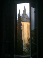 2017-06 Picos en Pyreneeën Lesperon kerktoren door slaapkamerraam