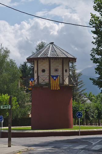 gebouw wolkenlucht fietsvakantie spain toren vlag puigcerdà