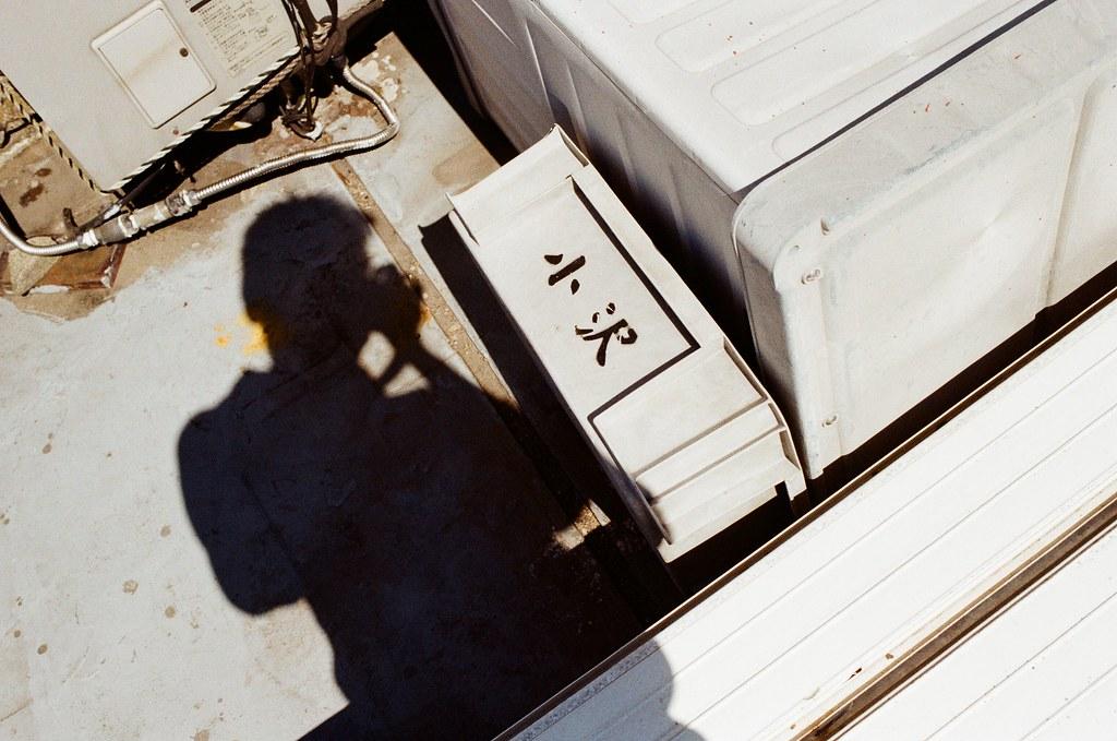 東京都荒川區東尾久 Arakawa-ku, Tokyo / Kodak ColorPlus / Nikon FM2 頂樓有一些奇怪的箱子,應該說頂樓像一個垃圾場一樣。  有點好奇這個地方為什麼沒有人在住宿建議上面提到,或許是老闆與老闆娘人很好吧!  他們的確人很好,我睡過頭超過退房時間也沒有叫我。  Nikon FM2 Nikon AI AF Nikkor 35mm F/2D Kodak ColorPlus ISO200 1003-0014 2015-10-07 Photo by Toomore
