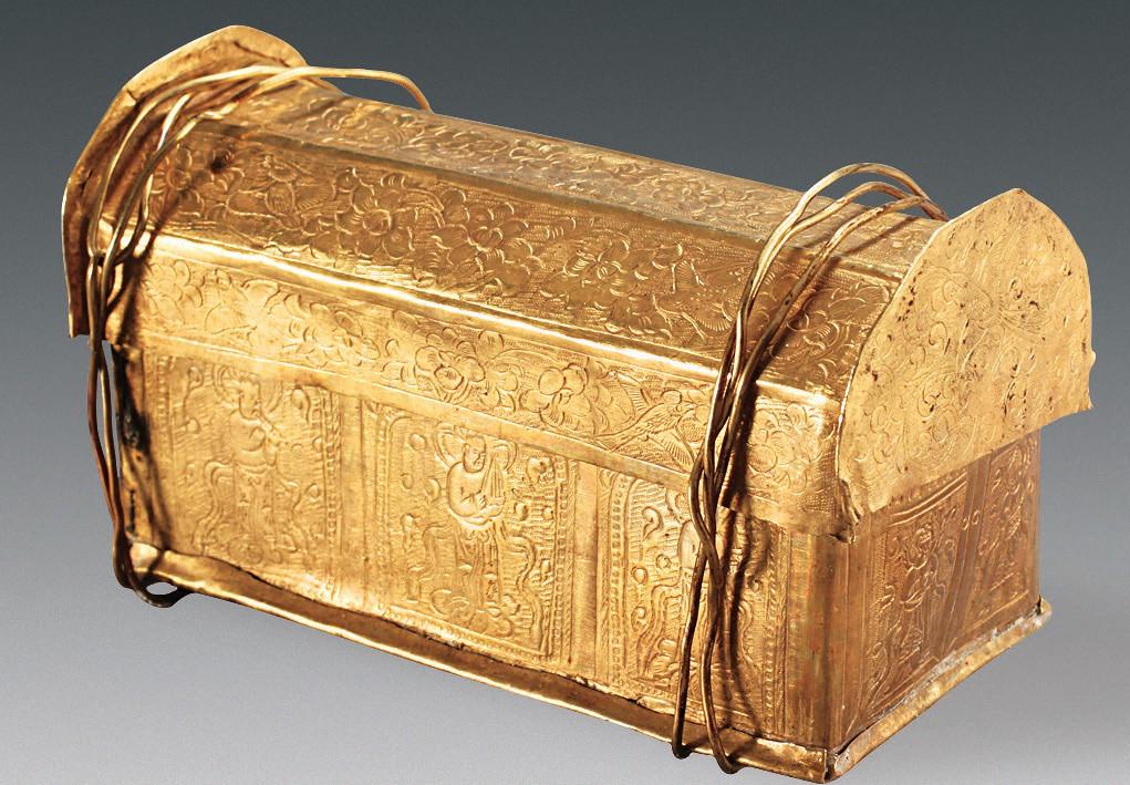 Peti emas yang berisi obyek yang diduga relik tengkorak Buddha Gotama.