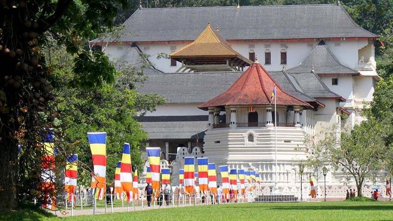 Para Menteri Sri Lanka Disumpah di Vihara Relikui Gigi Suci