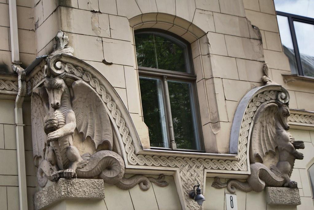Dragons sculptées sur une construction art nouveau à Riga.