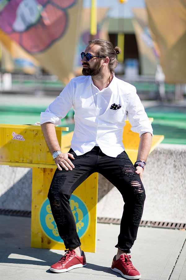 白シャツ×白ジレ×ダメージ黒パンツ×エンジスニーカー