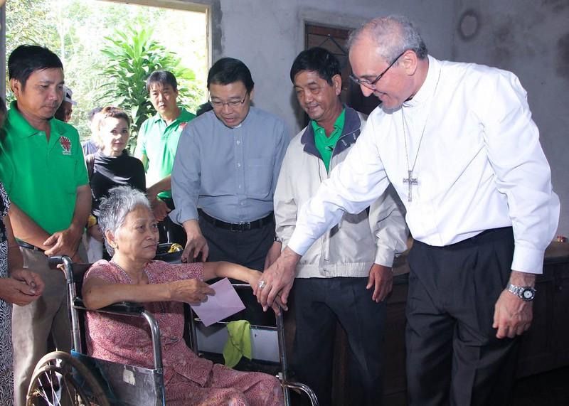Đức Tổng Giám mục Leopoldo Girelli thăm gia đình có hoàn cảnh đặc biệt tại GP Bà Rịa
