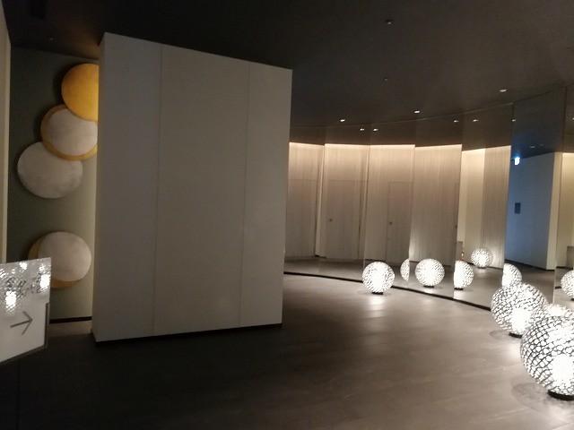 <p>天然温泉大浴場に続く廊下</p>
