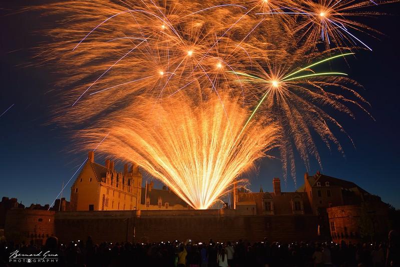 Gerbe de lumière et bouquets sur le château, feu d'artifice, 14 juillet, Nantes, Bernard Grua