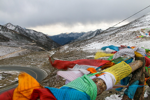 Tibetan prayer flags and mountains on the way from Kangding to Tagong 康定から公塔までの道にて、風になびくタルチョーと山々