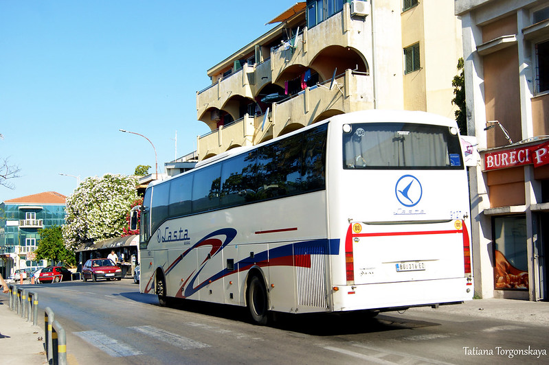 Междугородний автобус подъезжает к автобусной остановке в Херцег Нови