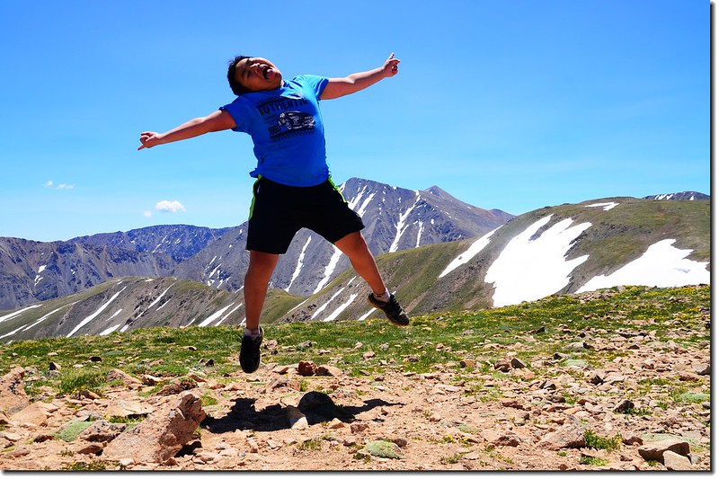 Jump ! I'm on the 12,915' Point, in the background is the Grays & Torreys Peak