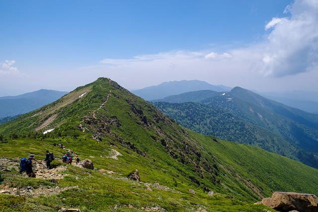 小至仏山へ・・・背後には笠ヶ岳と武尊山